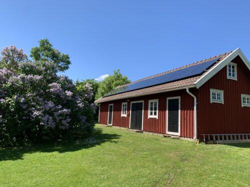 Solcellspaneler på tak prästgården Österplana 1